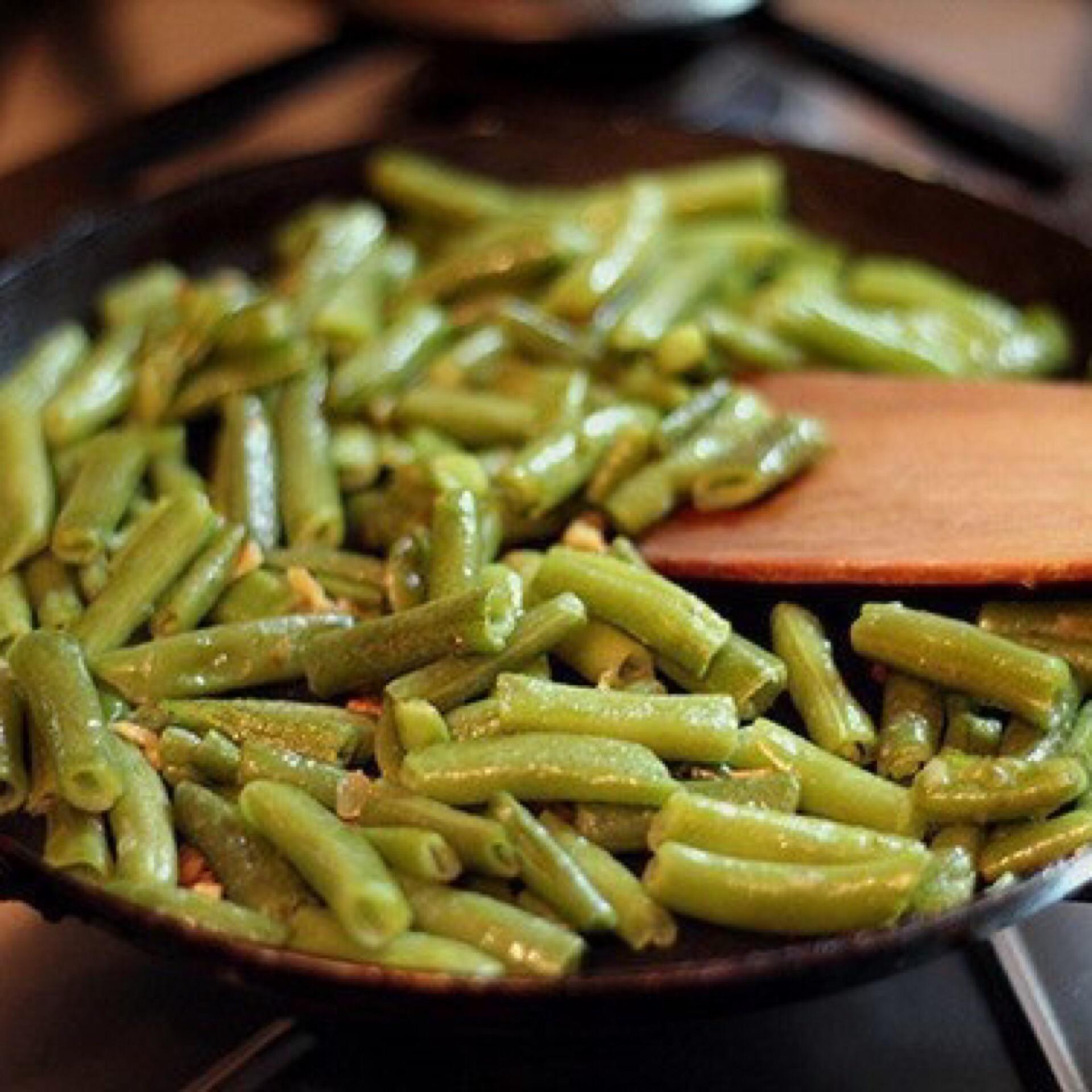 Некоторым хозяйкам не удается получить хрустящие зеленые стручки после тепловой обработки.быстрые и легкие способы: для любого блюда важно выбирать такие овощи, а не увядшие, мягкие с оттенком желтизны, иначе вкус еды может быть полностью испорчен.